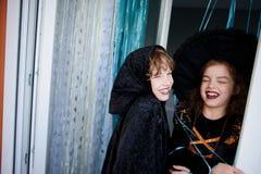两个孩子,兄弟和姐妹,在衣服打扮为万圣夜 免版税库存照片