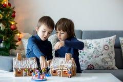 两个孩子,男孩兄弟,使用与华而不实的屋 库存照片