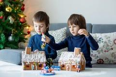 两个孩子,男孩兄弟,使用与华而不实的屋 库存图片