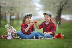 两个孩子,男孩兄弟,获得乐趣用复活节彩蛋在p 免版税库存照片