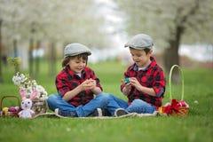 两个孩子,男孩兄弟,获得乐趣用复活节彩蛋在p 库存照片