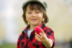 两个孩子,男孩兄弟,获得乐趣用复活节彩蛋在p 免版税库存图片