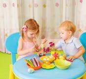 两个孩子绘了复活节彩蛋 免版税库存照片