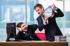 两个孪生商人争论互相关于最后期限 免版税库存图片