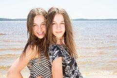 两个孪生姐妹美丽的女孩秀丽画象室外照片  免版税库存照片