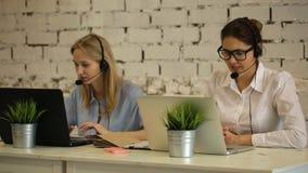 两个客户服务代表在工作 股票录像