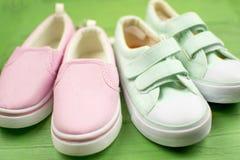 两个对在体育样式的纺织品鞋子 库存照片