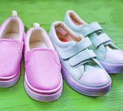 两个对在体育样式的纺织品鞋子 库存图片