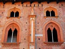 两个对在维杰瓦诺城堡的美妙的有竖框窗口在帕尔瓦附近的在伦巴第(意大利) 免版税库存图片
