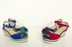 两个对夏天凉鞋 与蓝色和绿色的红色与蓝色楔子 库存图片