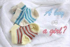 两个对婴孩袜子:蓝色和黄色镶边 免版税图库摄影