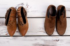 两个对棕色绒面革鞋子 库存图片