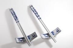两个对蓝色和白色瓷筷子 免版税库存照片