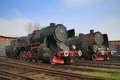 两个对车库的巨大的古色古香的机车nex 免版税库存照片