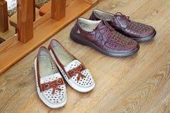 两个对鞋子:对于人和的妇女 库存照片