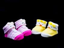 两个对婴孩袜子桃红色和黄色颜色 图库摄影