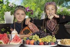 两个小亚裔女孩食用早餐 免版税库存照片