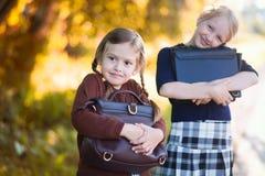 两个小女孩准备好回到学校特写镜头,秋天天 免版税库存图片