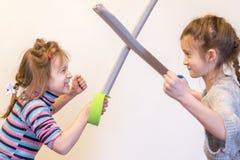 两个小女孩在剑战斗 图库摄影