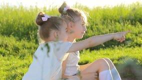 两个小女孩坐草谈话获得乐趣 影视素材