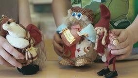 两个小女孩显示与玩具的谈的场面 股票视频