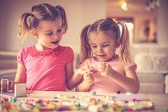 两个小女孩有使用与乐高块 免版税库存图片
