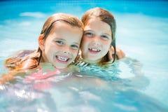 两个小女孩画象水池的 库存图片