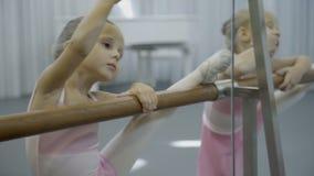 两个小女孩跳舞在芭蕾机器的锻炼 影视素材