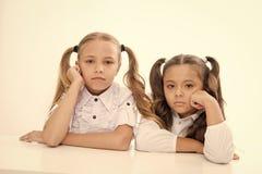 两个小学校女孩友谊  小女孩友谊在学校 学校朋友 库存照片