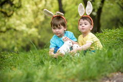 两个小孩男孩和朋友复活节兔子耳朵的在tra期间 免版税库存图片