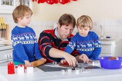 两个小孩男孩和爸爸烘烤姜饼曲奇饼 库存图片