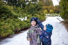 两个小孩男孩,举行手和拥抱的朋友 明亮的五颜六色的衣裳的可爱的兄弟姐妹 愉快的孩子户外, wi 库存图片