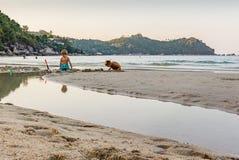 两个小男孩充当在泰国海滩的沙子 库存图片