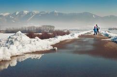 两个小男孩在沥青滑冰从sno一起清除  库存照片