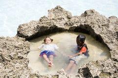 两个小男孩是松弛在博拉凯海滩 库存图片