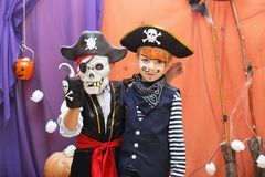 两个小男孩用有faceart的不同的海盗服装是ha 库存图片