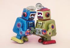 两个小的机器人分享一些闲话 免版税库存图片