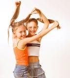 两个小的白肤金发的女孩演播室射击 免版税库存照片