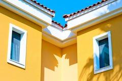 两个小窗口在顶楼在屋顶下 免版税库存照片