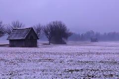 两个小谷仓在一有薄雾的下雨的天 图库摄影