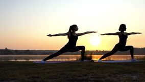 两个少妇做战士2锻炼在精采日落在Slo Mo 股票录像