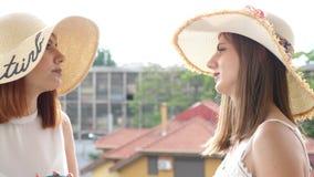两个少妇显露的射击大夏天帽子的在阳台 股票视频