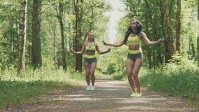 两个少妇跳绳在慢动作的公园 概念健康生活方式 股票视频