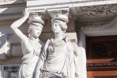 两个少妇雕象以专栏的形式 免版税库存照片
