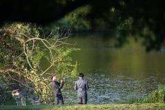 两个少年门诺派中的严紧派男孩钓鱼 库存图片