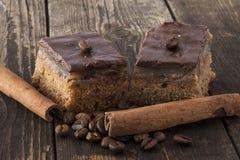 两个巧克力馅饼用咖啡豆和肉桂条 免版税图库摄影