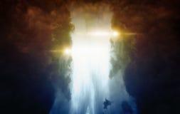 两个巨大的妖怪剪影有发光的注视 库存图片