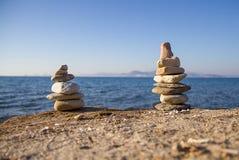 两个平衡的小卵石塔 免版税库存照片