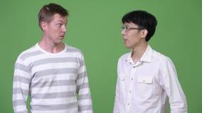 两个年轻不同种族的商人混淆用不同的决定 股票录像
