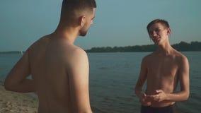 两个年轻人在河岸沟通 股票视频